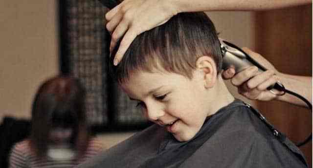 Couper soi-même les cheveux de son enfant