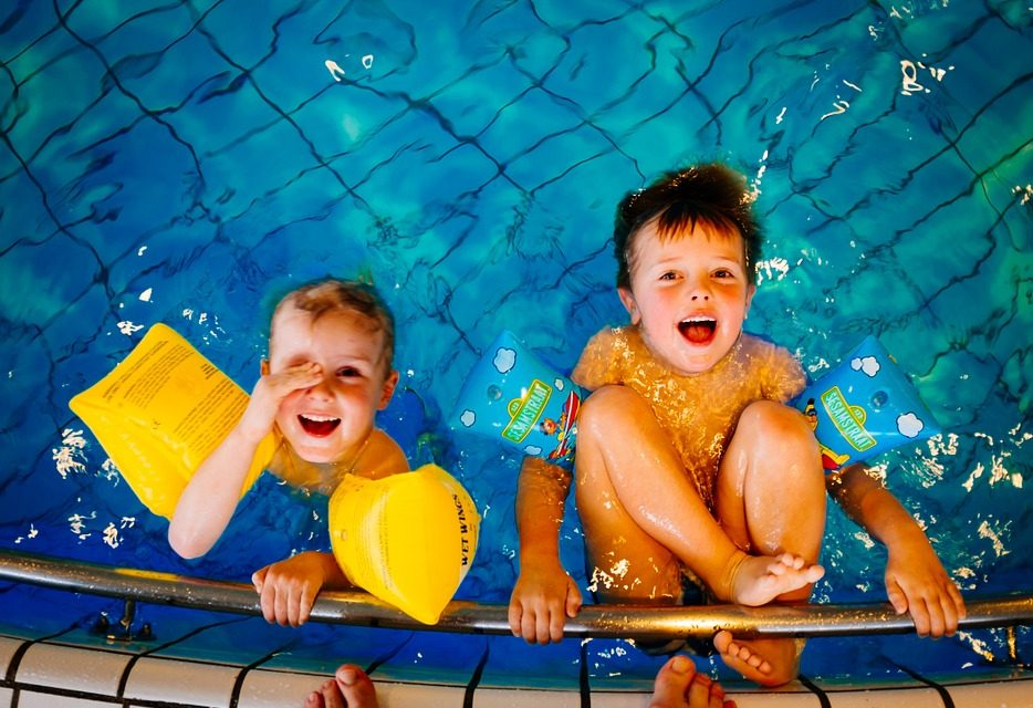 Occuper ses enfants l'été à la piscine.